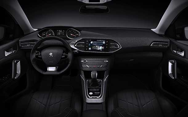 פיג'ן 308SW. תא הנהג זהה לזה של פיג'ו 308 הרגילה. הארכיטקטורה החדשה של המותג בולטת לעין ומרבית החומרים נעימים ואיכותיים למגע. צילום: פיג'ו