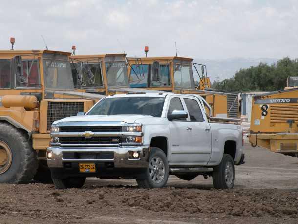 שברולט סילברדו - זול יותר מאיסוזו דימקס בעל יתרון בגרירת משאות כבדים ונסיעות ארוכות. צילום: נועם עופרן