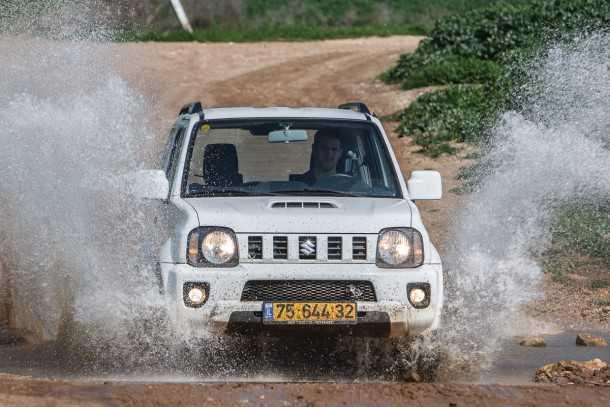 מבחן רכב סוזוקי ג'ימני ידני. מעדיף את השטח. יש גם סוזוקי ספלאש - אבל זה הרבה יותר מוצלח לטעמנו. צילום: נועם עופרן