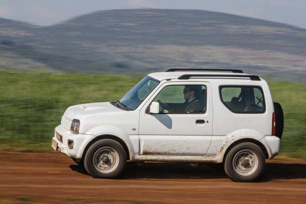 """מבחן רכב סוזוקי ג'ימני ידני. מעדיף את השטח. גם אנחנו! צמיגי שטח מחוזקים ומיגון גחון הם תוספות שניתן לרכוש בעת ההזמנה. מרווח הגחון עומד על 19 ס""""מ צנועים. צילום: נועם עופרן"""