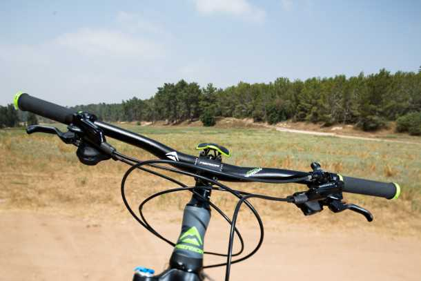 מבחן אופניים מרידה one-fourty 7.600. הרכיבים של משפחת SLX לא הצליחו להגיע עד לכידון...תומר בפרץ אומנותי - לבריאות. צילום: תומר פדר
