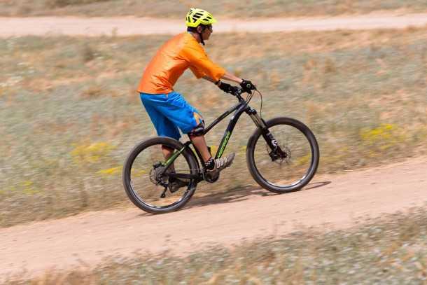 מבחן אופניים מרידה one-fourty 7.60. יכולים להיות מאד מהירים בשבילים לבנים - ככל שאלו יהיו משובשים יותר כך יעלה כוחם. צילום: תומר פדר