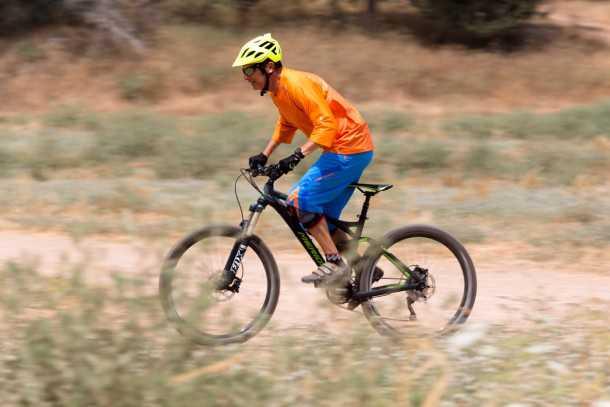 """מבחן אופניים מרידה one-fourty 7.600. מתלה מצויין בדיווש, למרות מהלך של 150 מ""""מ - הריסון שלו נהדר. צילום: תומר פדר"""
