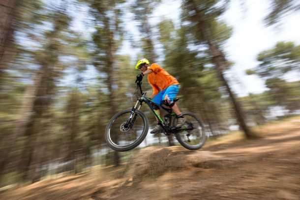 מבחן אופניים מרידה one-fourty 7.60. ספיגה סבבה של קיפוצים. לחץ האוויר בבולמי הזעזועים קריטי כשיוצאים בדילוגים. צילום: תומר פדר