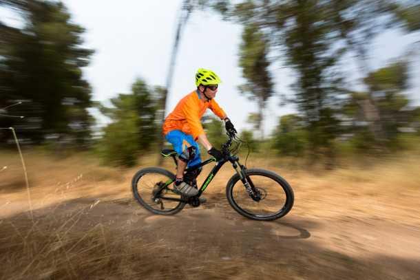 מבחן אופניים מרידה one-fourty 7.60. הרבה שפת גוף נדרשת כדי לגרום להם לפנות. הקדמי אוחז נהדר אחלה צמיג! צילום: תומר פדר