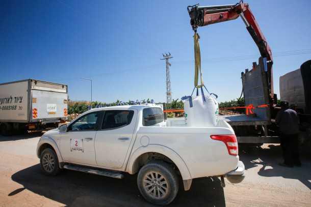 """טנדר מיצובישי טריטון. ארגז המטען התארך ב-3.0 ס""""מ. יודע גם לעבוד. כאן מועמס מטען חצץ של 600 ק""""ג. צילום: רונן טופלברג"""