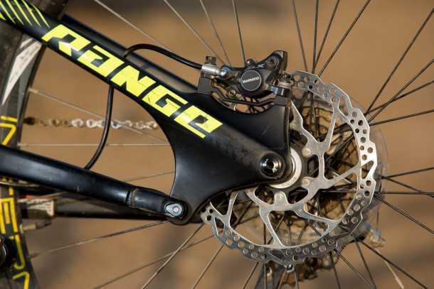"""מבחן אופניים נורקו ריינג' קרבון 7.3. מתלה אחורי ABP עם תכונות אנטי סקוואט ונשאר אקטיבי בבלימה. מהלך 160 מ""""מ מרוסן על-ידי רוקשוק מונארך חינני. מעצור אחורי SLX עם דיסק 180 מ""""מ. צילום: תומר פדר"""