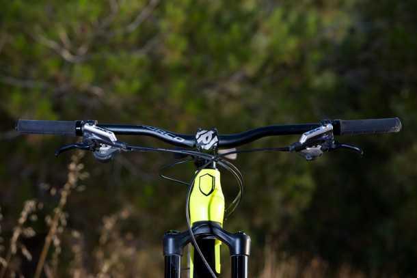 """מבחן אופניים נורקו ריינג' קרבון 7.3. כידון רחב 780 מ""""מ, שיפטרים ומעצורים SLX, איבוזר היקפי RACE FACE. צילום: תומר פדר"""