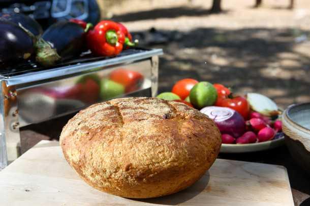 """לחם תירס שנאפה בקדרת חרס """"גלעד"""". מחווה שלנו לממליגה הרומנית - קל לאפייה בתנור הביתי. צילום: תומר פדר"""