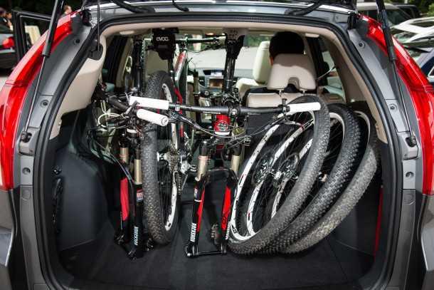 מבחן רכב הונדה CRV. למרות בסיס גלגלים קצר, תא המטען עצום, תפעול המושבים מבריק וצריכת הדלק טובה. צילום: הונדה