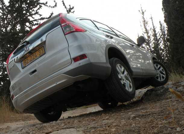 מבחן רכב הונדה CRV. המתלים יוצרים נוחות נסיעה טובה מאד, שדה הראיה מצויין, זוויות המרכב ומרווח הגחון מגבילים מאד בשטח. צילום: ניר בן זקן