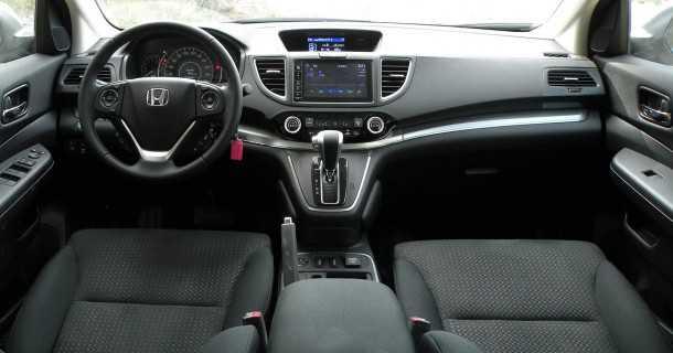 """מבחן רכב הונדה CRV. איכות תא הנהג וסביבת הנוסעים עדיין בראש הסגמנט. מולטימדיה מקומית מצויינת ומכ""""מ לבלימה אוטונומית מוספים לבידור ולבטיחות בהתאמה. צילום: ניר בן זקן"""
