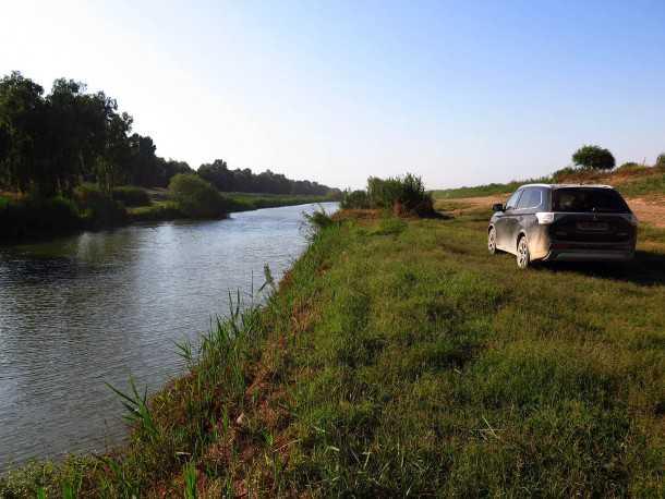 טיול מים עם מיצובישי אאוטלנדר - שביל נוח, קילומטרים של מדשאות ומים חממים. צילום: רוני נאק