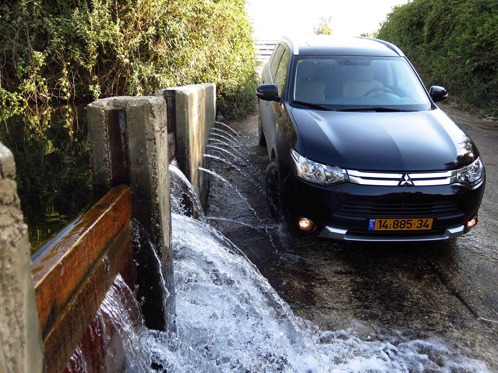 טיול מים עם מיצובישי אאוטלנדר - טבילה מרעננת בסכר הג'ילבון. צילום: רוני נאק