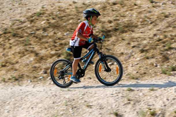 אופניים מקצועיים לילדים. קסדה תקנית, כפפות וביגוד מנדף ישפרות את הבטיחות ואת החוויה - יצרו בילדאפ לקראת הרכיבה. צילום: תומר פדר
