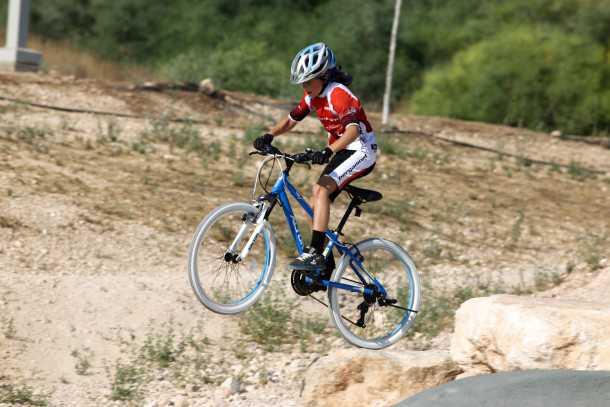 אופניים מקצועיים לילדים. חינוך אתגרי דרך יעדים מלהיבים וברי השגה - כמו דרופ חמוד כזה. איך הדרופ יועזור לילד להתמודד עם קשיים אחרים? צילום: תומר פדר