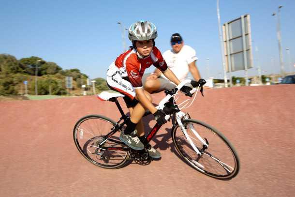 אופניים מקצועיים לילדים. הבן בסיבוב האבא בליטוף. חינוך לשימוש בציוד בטיחות הוא חלק מהעניין. צילום: תומר פדר