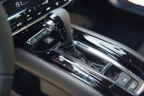 הונדה HR-V. ניכר המאמץ ליצור תחושת פרימיום עם משטחים מבריקים, ואיבזור כמו בלם חניה חשמלי ועוד. צילום: הונדה