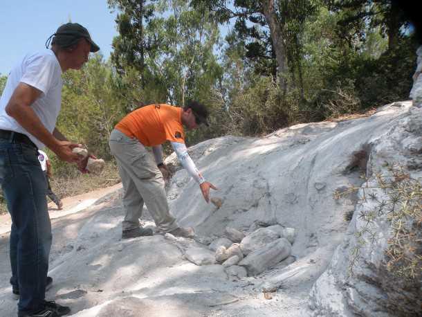 """נהיגת שטח עם דאצ'יה דאסטר. נועה עפרוני הצטרפה ליום ההדרכה הראשון בשטח. מבוא לעבודות מע""""צ - איך למלא מדרגת סלע גבוהה? צילום: ניר בן זקן"""