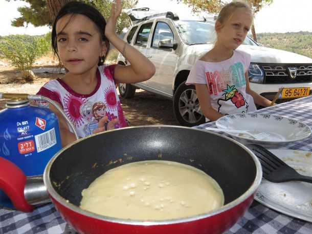 מבשלים בשטח עם דאצ'יה דאסטר בחניון חזי. צילום: רוני נאק
