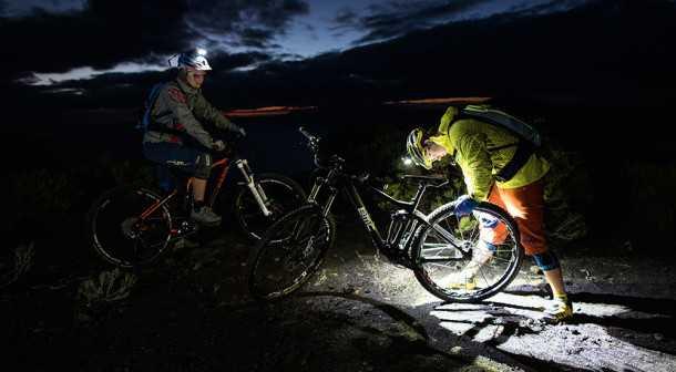 יש מספיק שעות תאורה כדי לתקן את האופניים בנחת באמצע הלילה. צילום: LED LENSER