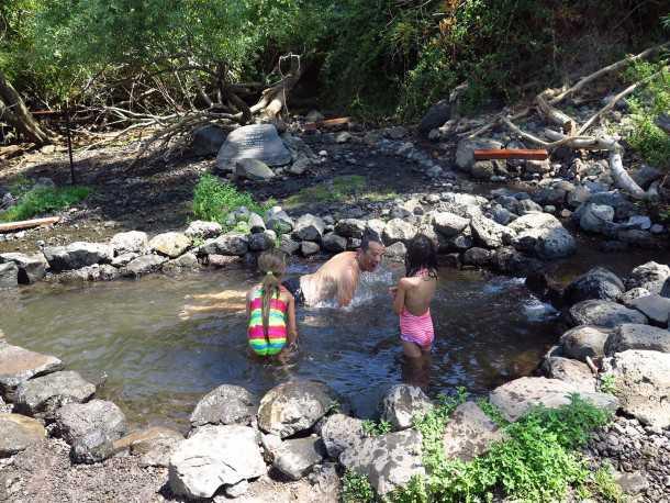 על מיצובישי טריטון לעין מימון. מים צלולים וקרים מאד. דגיגים שבמים וסרטנים מתנים אהבה. צילום: רוני נאק