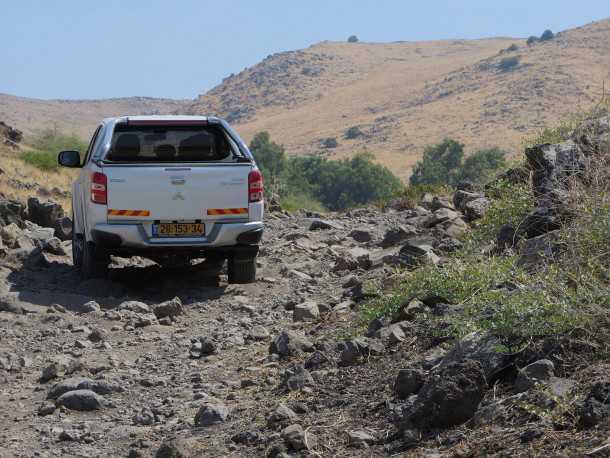מבחן רכב מיצובישי טריטון. סלעים ודרדרת בזלתית - מאתגרים את מערכת ההנעה ובקרת המשיכה. צילום: רוני נאק