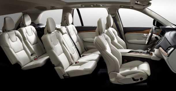 מבחן רכב וולוו XC90 דיזל. שלוש שורות מושבים. כולם עוטי עור, יש מזגן מפוצל וחלונות גדולים לכוווולם. צילום: וולוו