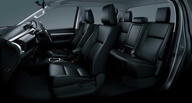 מבחן רכב טויוטה היילקס 2015. חלל הפנים ותא הנהג זינקו לעבר מחוזות חדשים של איכות ופינוק. האיבזור והעיצוב מעולמות הפיירבטים. צילום: TOYOTA