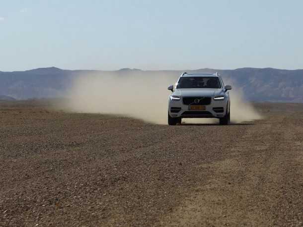 """מבחן רכב וולוו XC90 דיזל. הנוחות משתפרת ככל שממהרים יותר. פחות מ-8 שניות ל-100 קמ""""ש. גם בשטח. צילום: רוני נאק"""