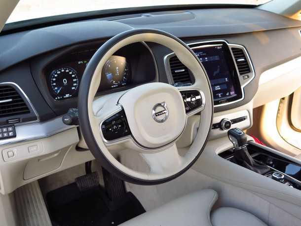 מבחן רכב וולוו XC90 דיזל. מסכי מגע החליפו את עשרות המתגים ואת לוח המחוונים המסורתי - לגמרי 2015! צילום: רוני נאק