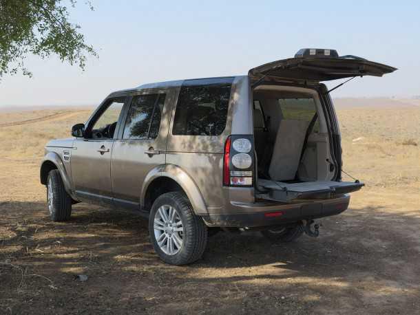 מבחן רכב לנד רובר דיסקברי 4. לא רק שאפשר לשבת על הדלת המפוצלת היא תוכננה לזה. שורת המושבים השלישית מספקת מיזוג ושדה ראיה טובים בקיפולה נותר תא מטען ענקי. צילום: רוני נאק