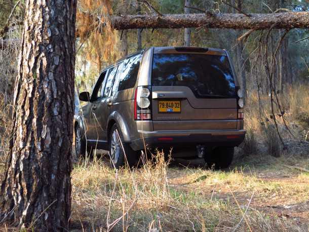 מבחן רכב לנד רובר דיסקברי 4. יודע להשתופף כדי לעבור מתחת לעץ שנפל או להשתחל בחניון. צילום: רוני נאק