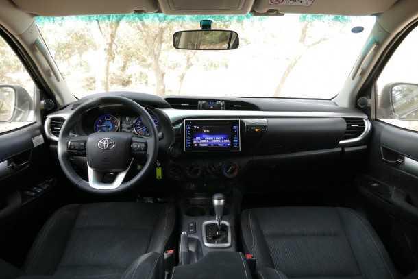 מבחן רכב טויוטה היילקס 2015. חלל הפנים ותא הנהג זינקו לעבר מחוזות חדשים של איכות ופינוק. האיבזור והעיצוב מעולמות הפיירבטים. צילום: ניר בן זקן
