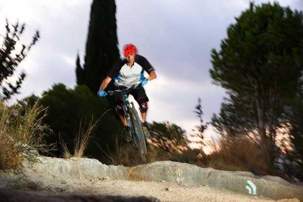 מבחן אופניים רוקי מאונטיין אלטיטיוד 750 MSL. שלדה קשיחה ומתלים נהדרים מאפשרים זינוקים בטוחים ונחיתות נעימות גם על משטחי סלע - כמו זה. צילום: תומר פדר