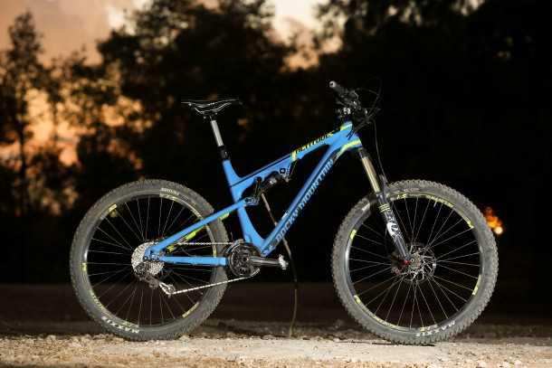 """מבחן אופניים רוקי מאונטיין אלטיטיוד 750 MSL. דור מעודכן של פוקס 34 מ""""מ בחזית מורגש בהחלט. שלדת קרבון קלה יחסית עם קשיחות טובה ונוסכת בטחון. צילום: תומר פדר"""