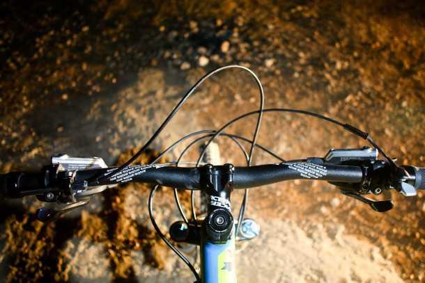מבחן אופניים רוקי מאונטיין אלטיטיוד 750 MSL. קוקפיט סבוך עם סלט של כבלים וצינורות. כידון רחב ותנוחת רכיבה פרוגרסיבית ונעימה. צילום: תומר פדר