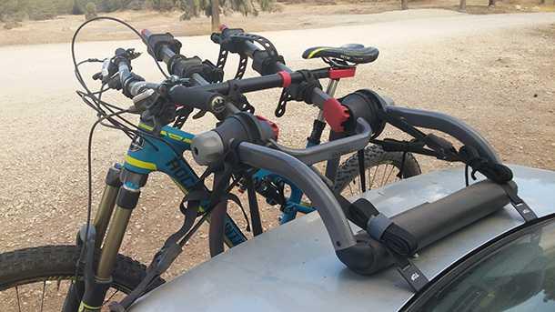 בדקנו מנשא אופניים YAKIMA kingjo 3 pro מחיר 1350 שקלים. כריות ספוג רחבות מקנות בסיס רחב ומפזרות את המשקל על פני שטח גדול. צילום: רוני נאק