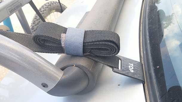 בדקנו מנשא אופניים YAKIMA kingjo 3 pro מחיר 1350 שקלים. אילתור אלגנטי לטיפול בעודפים של רצועות העיגון. הגומיות המקוריות לא שרדו מעבר לשבועיים. צילום: רוני נאק