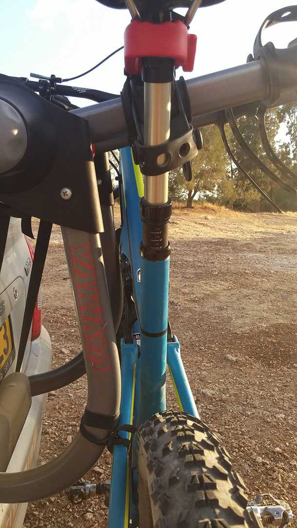 בדקנו מנשא אופניים YAKIMA kingjo 3 pro מחיר 1350 שקלים. האחיזה באופניים טובה אבל הנידנודים לא נעלמו לגמרי - רצוי להגן על האופניים. צילום: רוני נאק