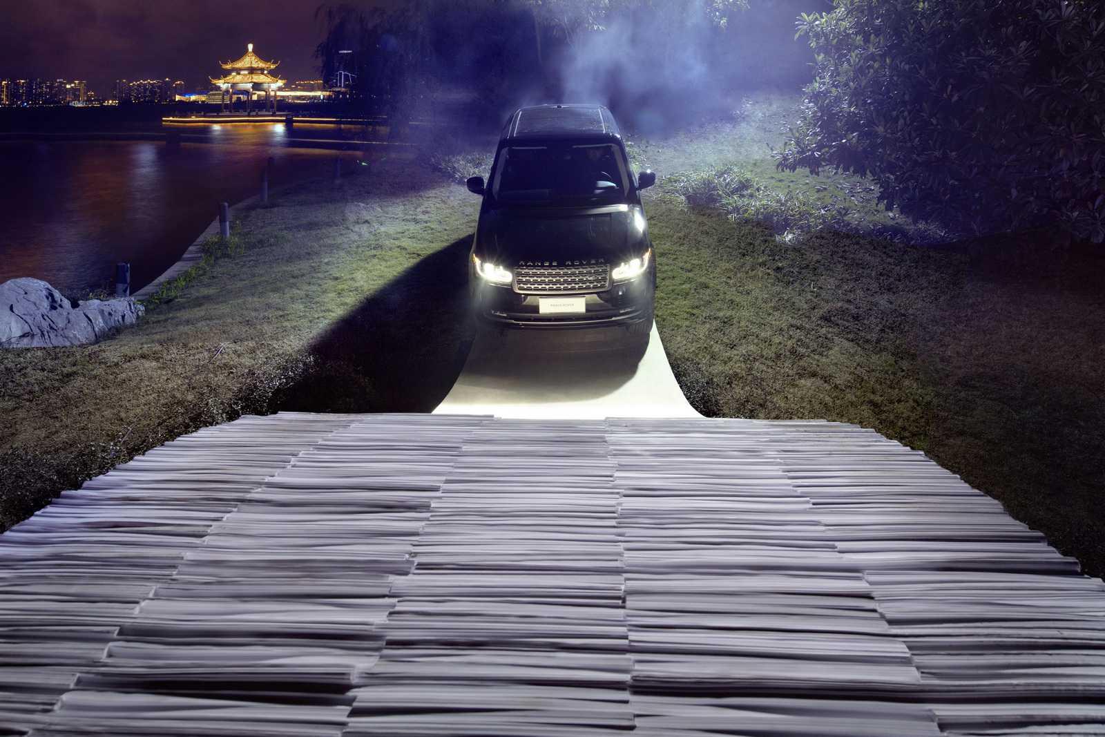 ריינג' רובר מציינת 45 שנות יצור עם טיפוס על גשר עשוי מנייר. צילום: לנד רובר