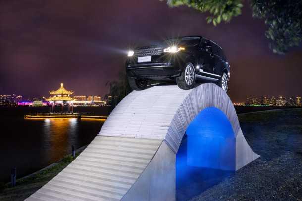 ריינג' רובר מציינת 45 שנות יצור עם טיפוס על גשר עשוי מנייר. אפשר גם משטרות של פאונד...צילום: לנד רובר