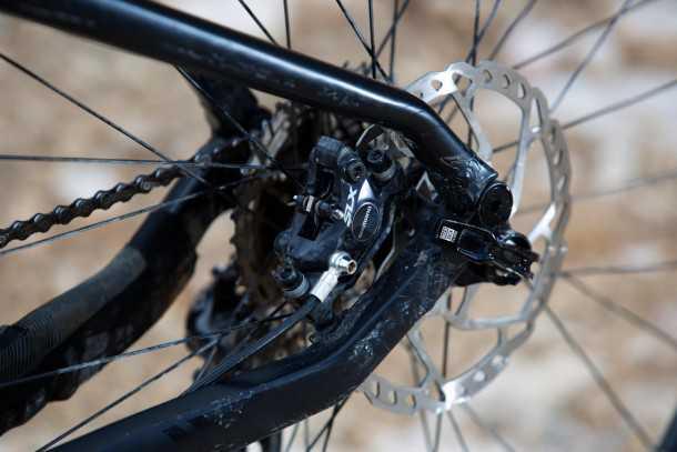 מבחן אופניים ברגמונט קונטרייל 8.0. מיקום חכם  - ורגיש - לקליפר האחורי אשר מגן עליו מפגעי סינגלים. צילום: תומר פדר