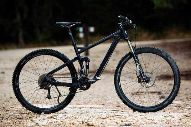 """מבחן אופניים ברגמונט קונטרייל 8.0. שלדת קרבון, מוט מושב גם כן. גלגלי 29 ומהלך מתלה של 120 מ""""מ - חבילה מעוררת תיאבון. צילום: תומר פדר"""