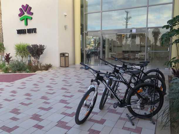 מלון אירוס המדבר בירוחם. המלון החברתי הראשון הוא גם אבן שואבת לפעילות עניפה לרוכבי אופניים. צילום: רוני נאק