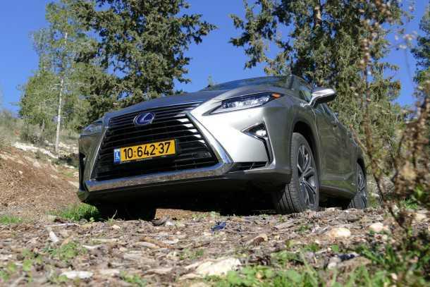 מבחן רכב לקסוס RX450H. שבכה קדמית דומיננטית מאד. זוויות המרכב שטוחות והנטיה לכביש ברורה. צילום: ניר בן זקן