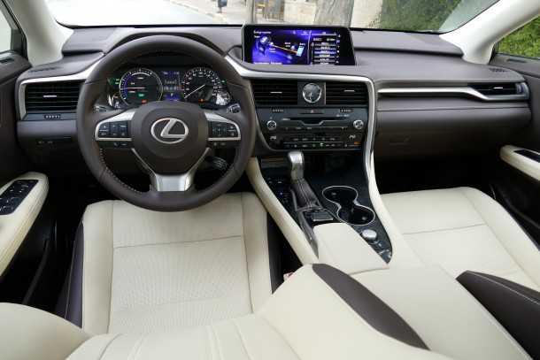 מבחן רכב לקסוס RX450H. פנים מרשים מאד בחומרים ועיצוב. תפעול מולטימדיה מסורבל והמסך רחוק מקו הראיה בנהיגה. NVH מצויין וחווית נסיעה מעולה. צילום: ניר בן זקן