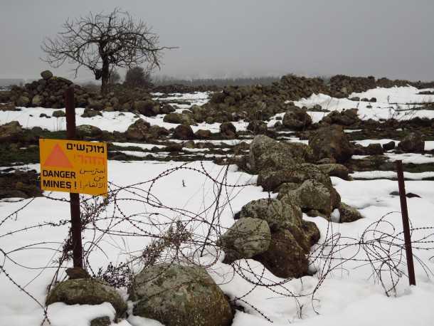 עם טויוטה היילקס לשלג של רמת הגולן. לעולם אל תחצו גדרות בגולן. גם אם אין שלטים כאלו. צילום: רוני נאק