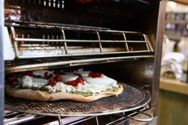 """שלג בהרי הדרום. הפיצה הלבנה של """"הדסער"""" בדרך לצאת מהתנור. צילום: תומר פדר"""