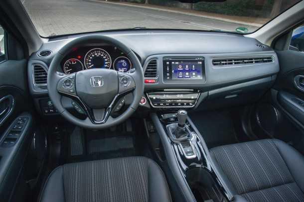 מבחן רכב הונדה HRV. עיצוב שונה ומעניין. מד מהירות עם אפקט תלת מימדי, פתחי איוורור מצויינים ומולטימדיה נהדרת. מושבים קצרים אך נוחים. צילום: רוני נאק